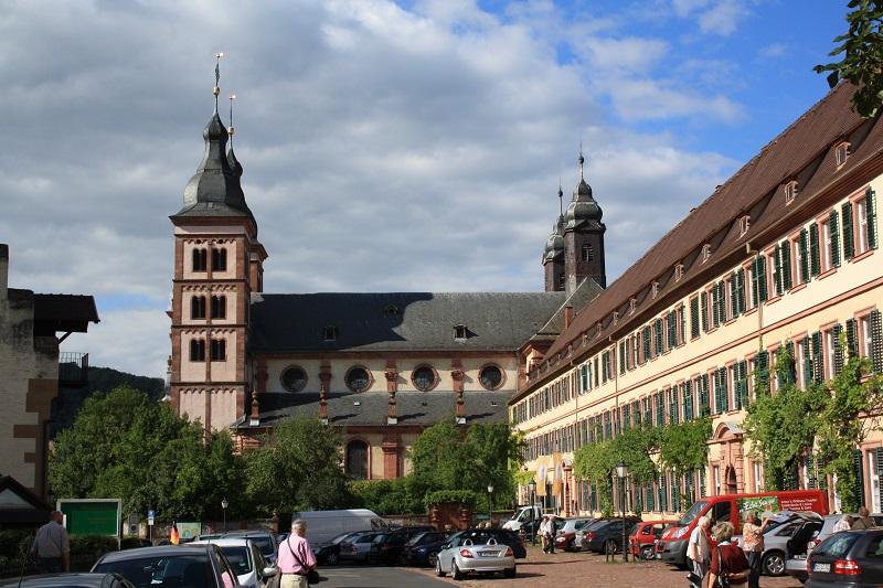Bildquelle: http://de.wikipedia.org/wiki/F%C3%BCrstentum_Leiningen#/media/File:Amorbach-abteikirche.jpg   Fotograf: Blueduck4711