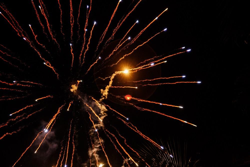 Bildquelle: https://www.freepik.com/free-photo/fireworks-fly-like-arrows-in-night-sky_1120169.htm#term=firework&page=1&position=31