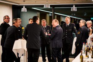 Feuerwehrmänner im Gespräch mit Wilfired Klenk, MdL